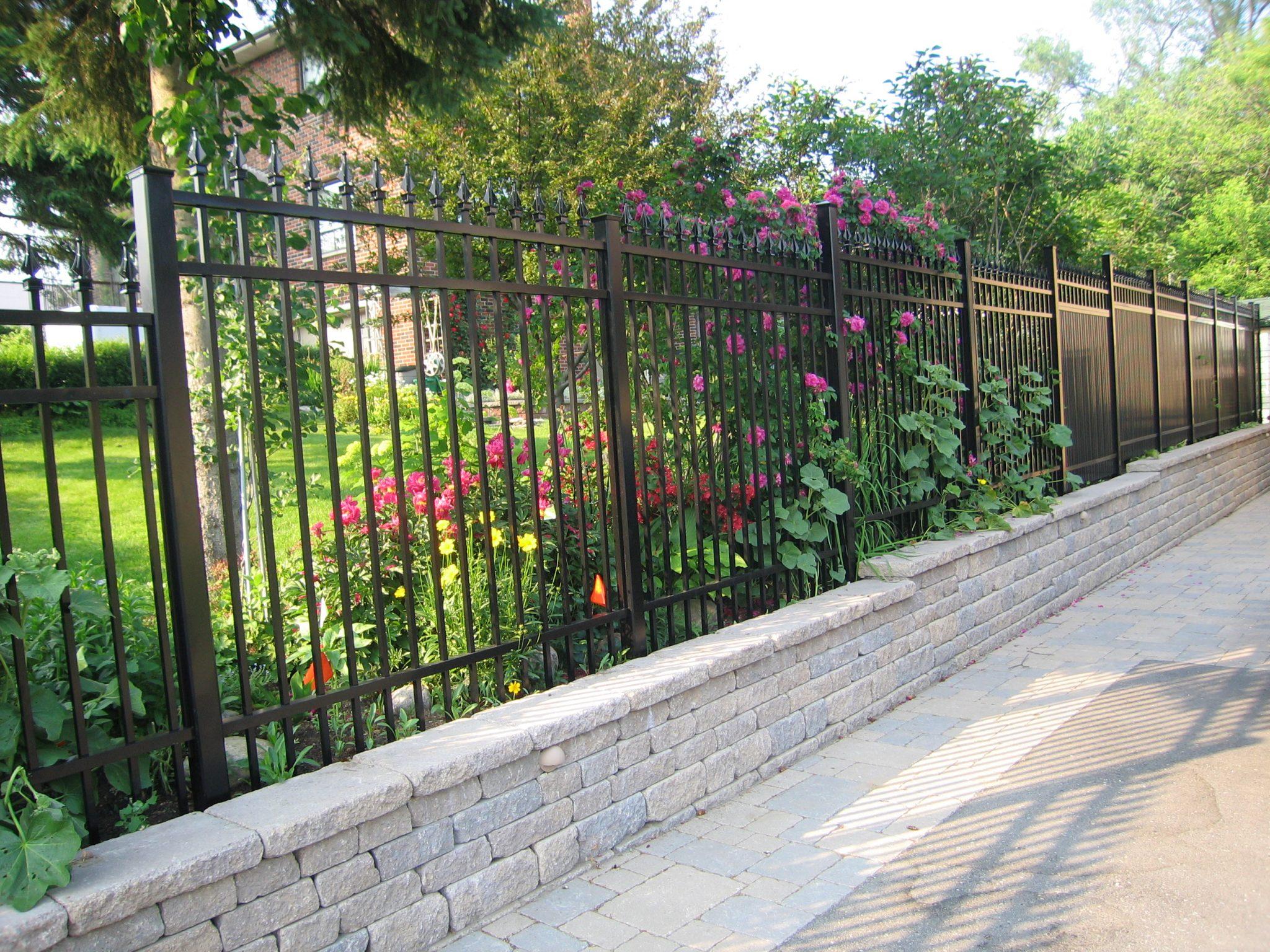Picket fence in black