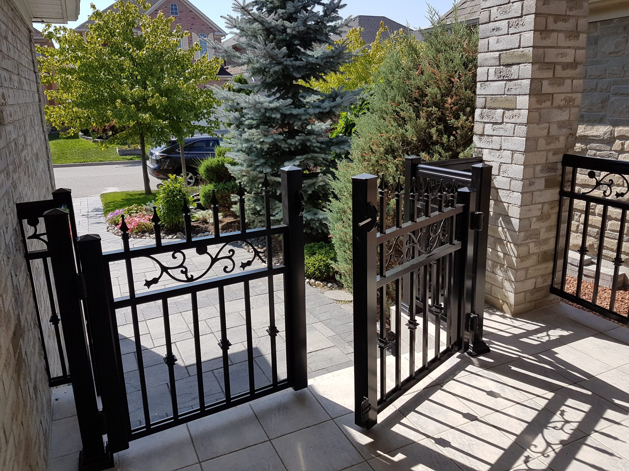 Gate with aluminum pickets